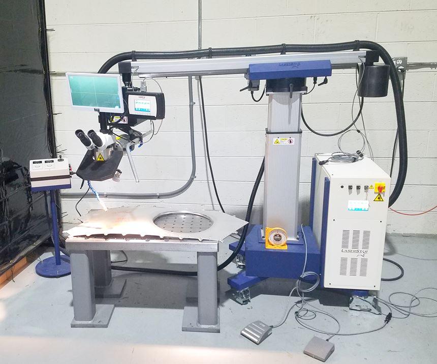 LaserStar 8700-3, optó por agregar varias opciones a la estación de trabajo, incluida una torre de pórtico para facilitar el movimiento del láser junto a los moldes.