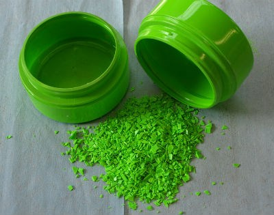 Quality green regrind particles in front of pre-granulated object