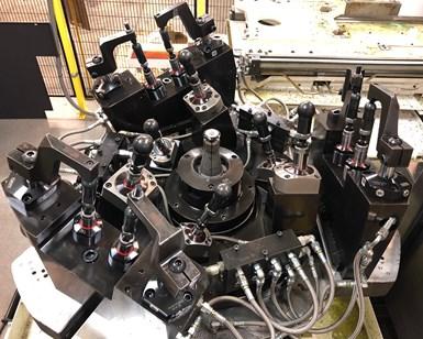 Esta fijación hidráulica para mecanizado de cinco ejes acomoda 20 números de parte diferentes, incluidas las hélices de tres y cuatro álabes.