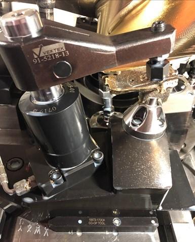 Los clamps giratorios aseguran las pestañas en el extremo de cada álabe. Como se muestra en la parte inferior, la fijación tiene topes que se pueden ajustar manualmente para acomodar diferentes tamaños de hélice.