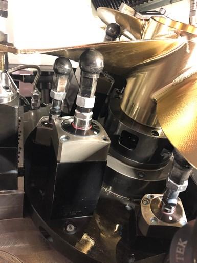 Los dispositivos cargados por resorte soportan la parte inferior de los álabes durante el mecanizado de cinco ejes.