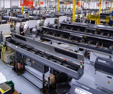C&M alberga aproximadamente 100 tornos CNC de tipo suizo y centros de torneado CNC en 9,000 metros cuadrados de área de manufactura.
