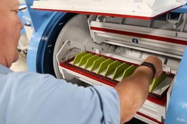 El acabado con barriles de alta energía, de Mass Finishing, le permite al usuario desbarbar las partes al inundar los barriles, que se ven en la foto, con una solución que consta de medios abrasivos suspendidos en un líquido.