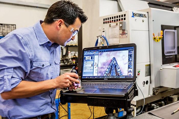 """El maquinista Eric Sun dice que el cepillo NamPower, de Brush Research Manufacturing, es un """"tipo diferente de abrasivo"""". Informa que no ha tenido problemas con partículas o arena que se meta en superficies críticas."""