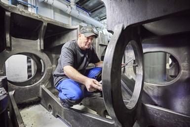 El técnico J. R. Seek dice que las capacidades de la fresadora de pórtico superan aquello para lo que actualmente Neuman & Esser la utiliza.