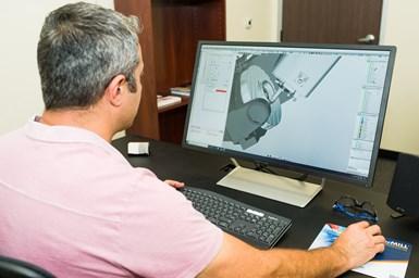 El director técnico y único operador de NDK Paragon, Nick Katrov, programa y ejecuta una simulación de mecanizado con HyperMill.