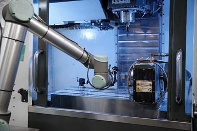 Las últimas versiones de Kwik-Clamp se cargan por medio de cobot y no a mano en máquinas-herramienta de cinco y tres ejes.