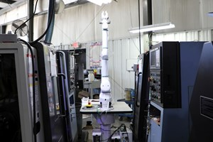 El brazo cobot OB7 atiende dos máquinas de torneado Doosan en B.I.C. Precision Machine Co. Inc. Crédito: Absolute Machine Tools