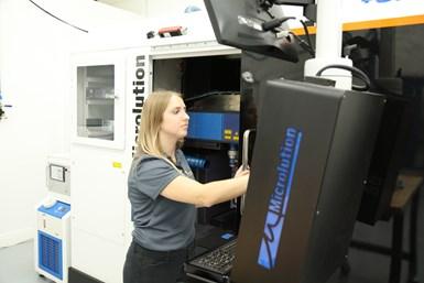 La ingeniera de aplicaciones de Sunlight, Kelsey Tschetter, pudo programar cómodamente la máquina ML-5 de cinco ejes después de aproximadamente tres meses.