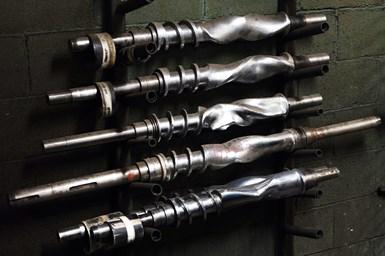 Hower dice que el Romi C 830 logra mantener variaciones de diámetro de aproximadamente una milésima de pulgada al cortar ejes de más de 10 pies de largo.