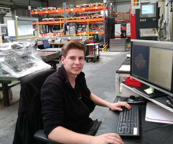 apprentice Niklas sitting at a desk at Deckerform