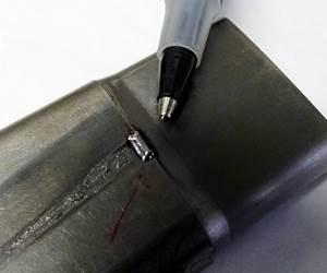 Esta máquina TIG especial para soldadura micro-TIG utiliza una antorcha TIG de bajo amperaje bajo un microscopio.