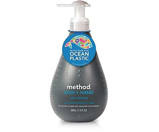 Method ofreció las primeras botellas fabricadas con una mezcla de plástico de los océanos y contenido reciclado postconsumo en 2012.