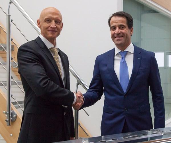 Johannes P. Müller, de EDS (izquierda) yBernd Reifenhäuser, CEO Reifenhäuser Group.