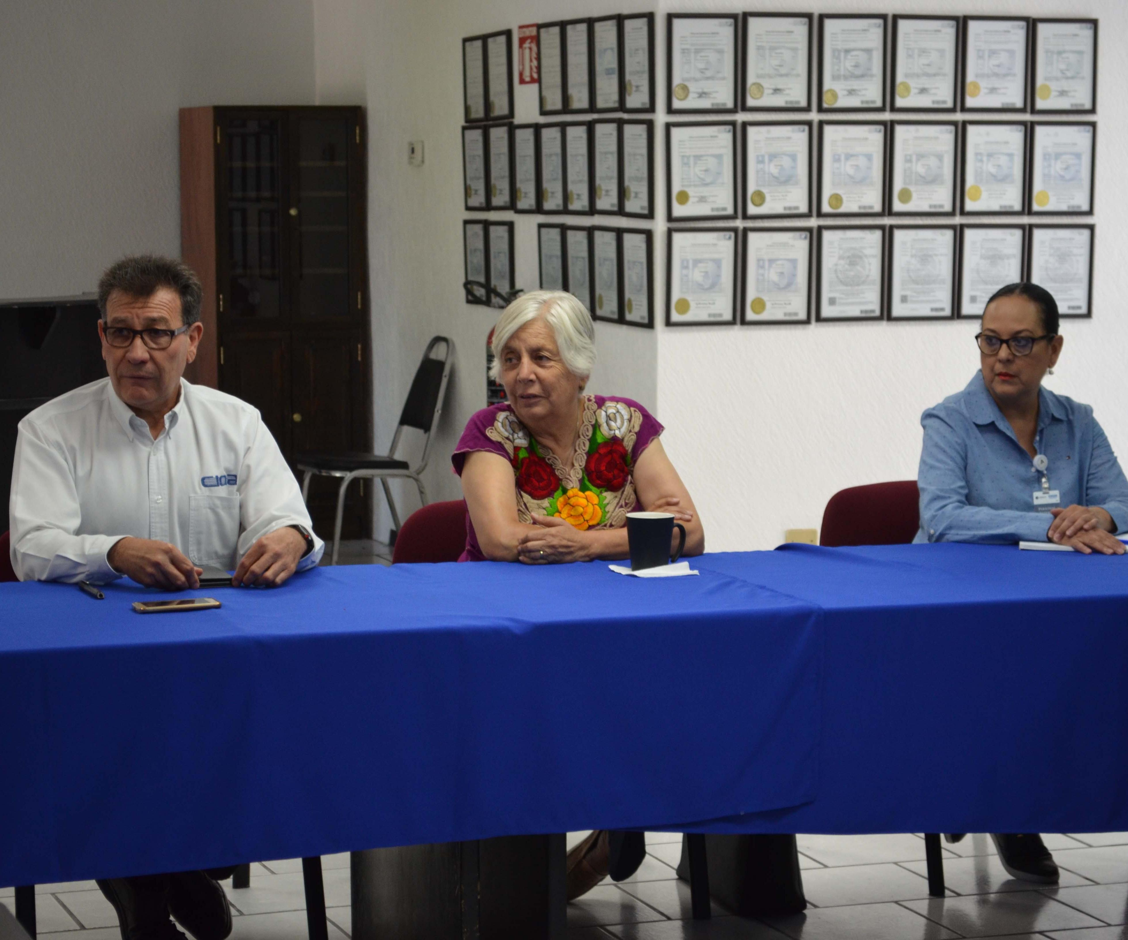 La Bióloga Eglantina Canales Gutiérrez, Secretaria del Medio Ambiente de Coahuila y el Dr. Oliverio Santiago Rodríguez Fernández, Director General del CIQA.
