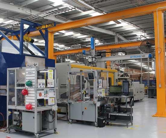 Exo-s tiene un gran énfasis en la automatización de sus procesos. Cada máquina inyectora tiene un robot.