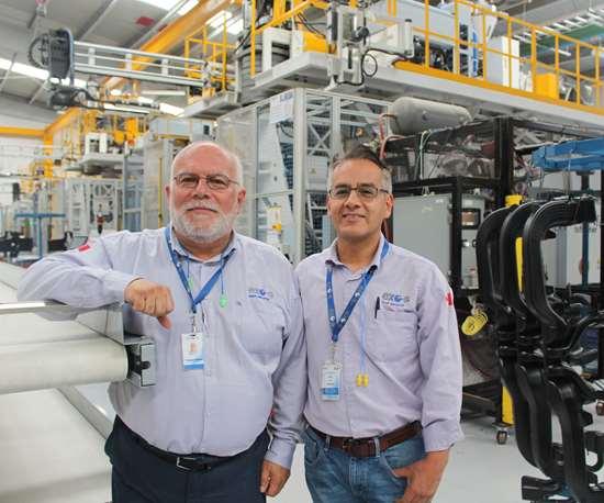 Francois Ouellet, director de planta, y Jaime Enrique Zúñiga, gerente de producción.