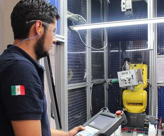 Iván Villicaña, quien aparece en la portada de la revista, se graduóhace un año de la Universidad Tecnológica de San Juan del Río y actualmente trabaja con Exo-s.