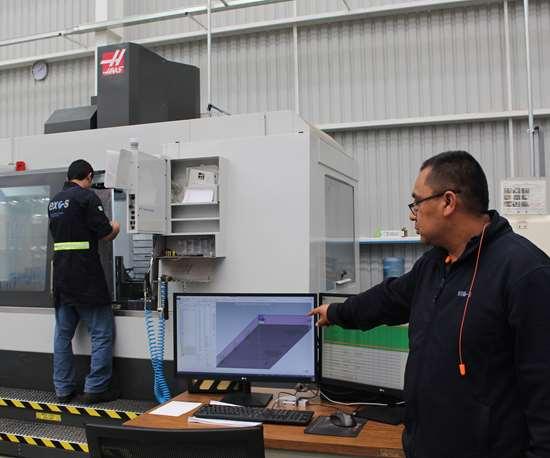 Exo-s realizó importantes inversiones en el taller de moldes de su planta de San Juan del Río. En la foto Rogelio Hernández, diseñador, muestra las capacidades tecnológicas.