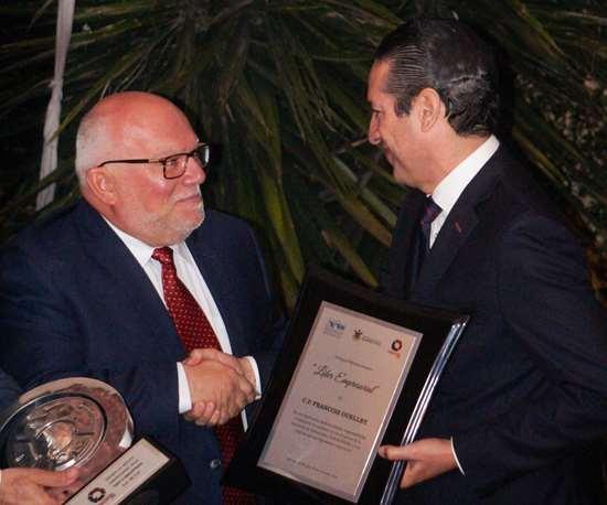 Francoise Ouellet recibe el premio de manos del gobernador del estado de Querétaro