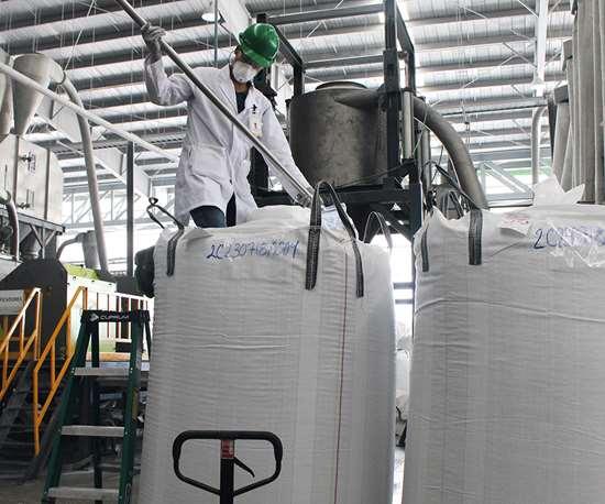 Cada saco de hojuela proveniente de materiales postconsumo es sometido a pruebas con una muestra de 400 gramos