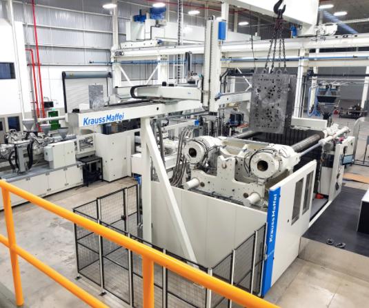 Instalación de las máquinas de KraussMaffei en la planta de Integrity Tool & Mold en México.