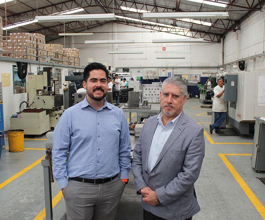 Ing. Abelardo Pérez Castillo (director de operaciones) e Ing. Abelardo Pérez García (director general). Los dos directivos (hijo y padre) corresponden a la tercera y segunda generación en la empresa familiar.