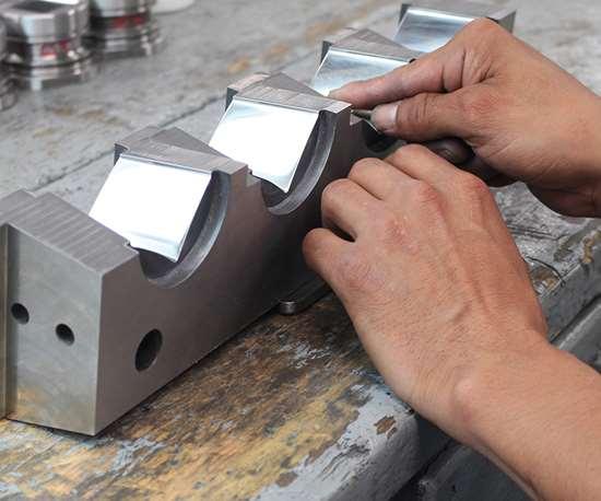 Los pulidos tipo espejo, especialidad de PerPlast, son clave para lograr piezas finales con acabados ultra brillantes.