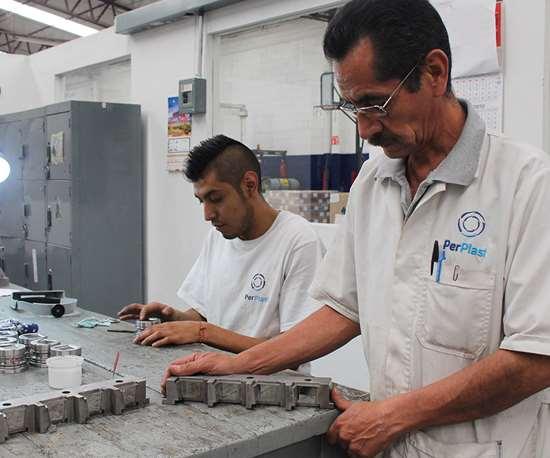 El moldeo por inyección de la resina Surlyn requiere gran maestría y conocimientos desde el diseño del molde hasta el proceso de enfriamiento posmoldeo, que puede durar hasta 48 horas.