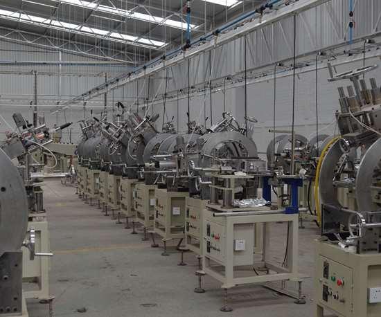 Línea de producción que usa materiales reciclados.