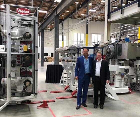 Los codirectores ejecutivos de rPlanet Earth: Joseph Ross (izquierda) y Robert Daviduk (derecha), en la nueva planta en Vernon, California