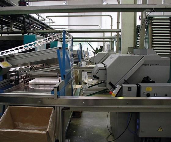 Un sistema de molienda bien diseñado con alimentación de banda transportadora y sistema de extracción.