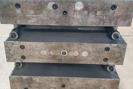 Los bloques espaciadores en la parte posterior de un molde resuelven un problema mínimo de altura de apilamiento