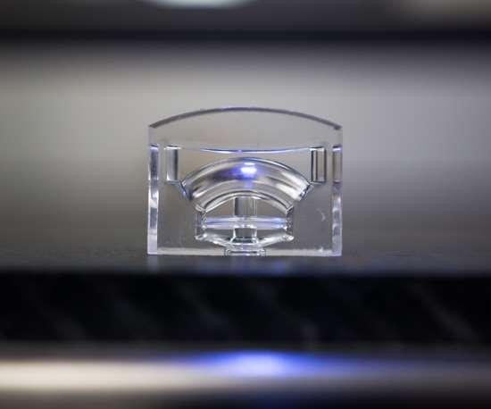 M.R. Mold moldeará un lente automotriz a partir de un molde LSR de dos cavidades y tres placas.