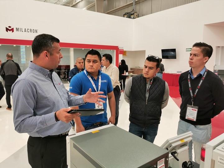 Showroom con equipos y maquinaria de Mold-Masters y de Milacron en exhibición