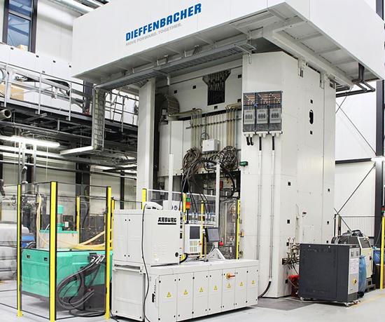 Prensa de moldeo por transferencia Dieffenbacher más una unidad de inyección FDC de Arburg.