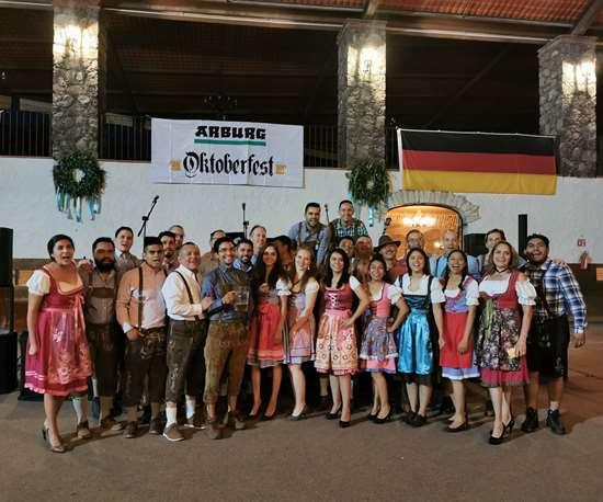 El equipo de Arburg en México con trajes tradicionales del Oktoberfest.