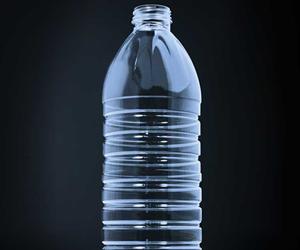 La botella PET de KHS y Husky, diseñada para agua mineral sin gas, fue llamada Factor 100 para expresar la relación entre peso y capacidad.