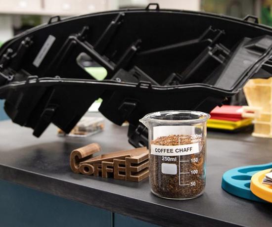 McDonald's y Fordtomaron esta paja de café para calentarla en un ambiente con poco oxígeno, por lo que es menos probable que se queme y se mezcle así con plásticos para formar gránulos.