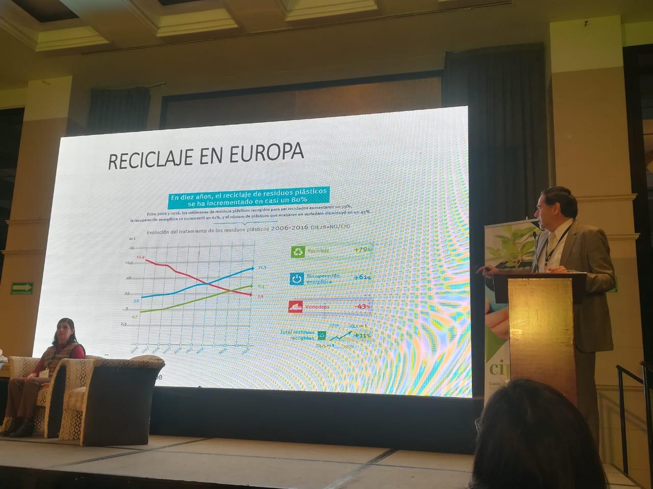 El Ing. Eduardo Martínez, de Plásticos Amigables con el Ambiente,habló sobre el reciclaje como oportunidad en el manejo de residuos e informó que de acuerdo con un reciente estudio de la ANIPAC, México recicla el 30% de sus plásticos, siendo su principal fortaleza el reciclaje mecánico.