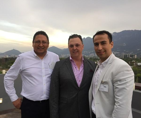 Roberto Ríos (Engel), Carlos González (Evco Plastics) y Luis Márquez