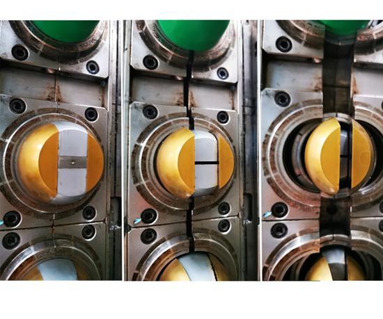 Este es el corazón de cinco piezas: dos piezas doradas, dos piezas plateadas y un núcleo central. En las etapas de expulsión se van a colapsar en pares. Luego tiene un juego de arillos o splits para formar la cuerda en el envase. Todo es un proceso continuo en el mismo ciclo.