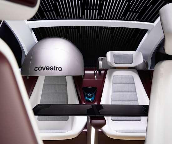 El automóvil del futuro de Covestro está diseñado para la conducción autónoma, ya que cuenta con un espacio multifuncional para vivir o trabajar con la mayor comodidad posible durante los viajes del mañana.