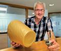 Andreas Kißler, CEO de FDU Hotrunner GmbH, enseña una pieza fabricada con el sistema FDU de colada caliente cuya boquilla tiene geometría plana