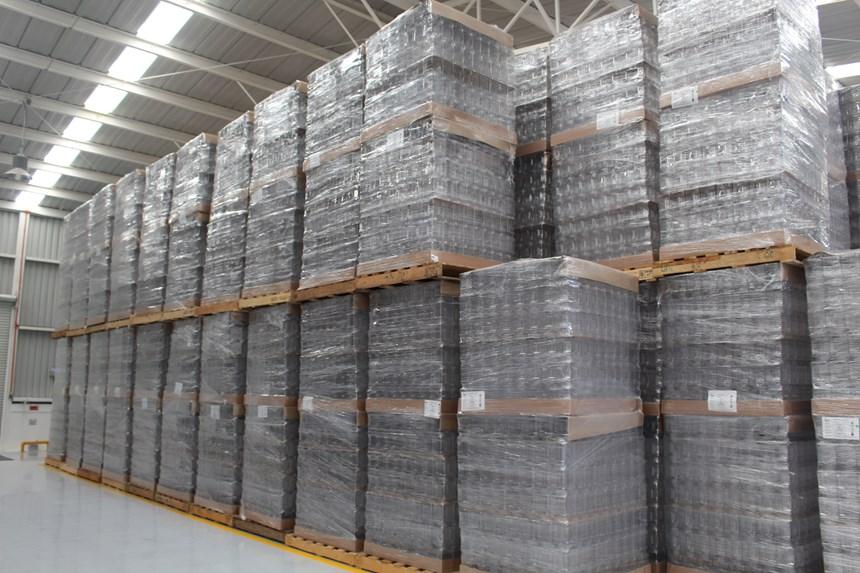 Almacenamiento de envases y tapas para envío a los clientes.