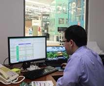 Pedro Gutiérrez revisa los cronogramas de mantenimiento preventivo de la planta.