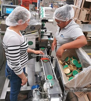 En 2014, Industrias FC orientó sus esfuerzos a la producción de etiquetas para posicionarse como un proveedor integral de botella/tarro, tapa y etiqueta.
