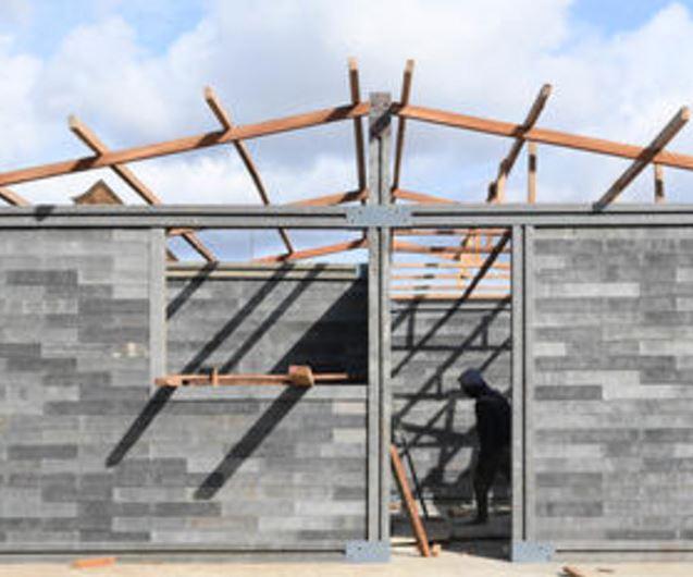 Una casa para una sola familia se puede construir con estos ladrillos por cuatro personas sin experiencia alguna en construcción, y apenas en cinco días. Un refugio para 14 familias puede ser hecho por 15 personas en 10 días. Crédito:Frank Dejongh/ UNICEF.