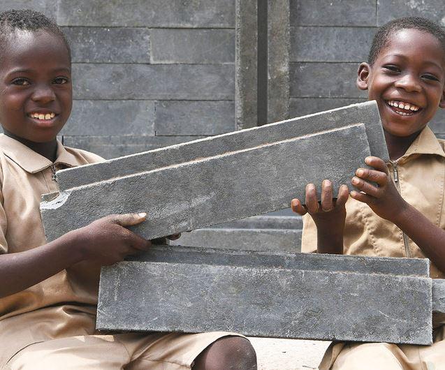 Los ladrillos están hechos de plástico al 100% y son resistentes al fuego. Son un 40% más baratos, un 20% más livianos y duran cientos de años más que los materiales de construcción convencionales. Crédito:UNICEF/Frank Dejo.
