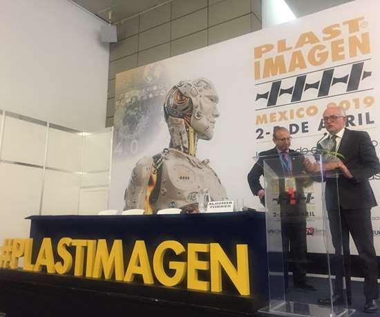 José Navarro, director general de Tarsus México, entrega un reconocimiento al Ing. Aldimir Torres por su participación en el Plastimagen Forum.
